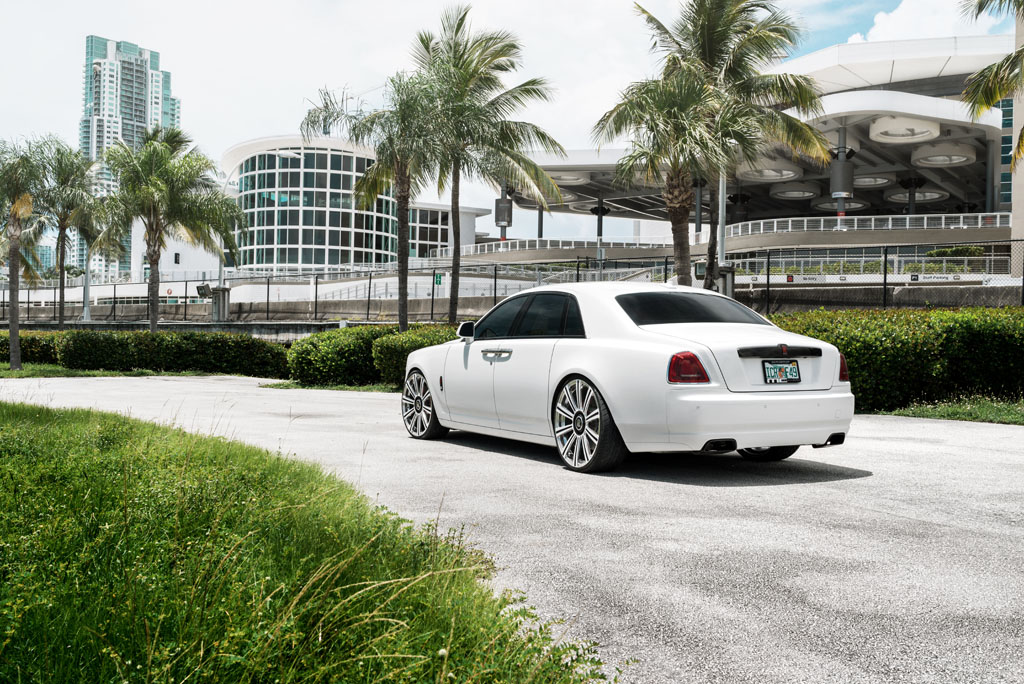 white rolls royce ghost wratih 24 inch forged monoblock concave staggered wheels brushed polished black white oem centercap center cap